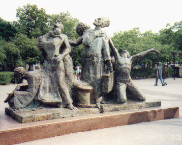 Immigrants Statue at Castle Gardens.jpg (50462 bytes)